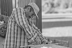 Distraer a la realidad. (Wal Wsg) Tags: distraeralarealidad hombre man men personaensituaciondecalle homeless argentina buenosaires caba capitalfederal ciudaddebuenosaires costanerasur phwal wsg phwalwsg canont6i canon canonesorebelt6i photography photo fotografia foto fotocallejera retrato retratos portrait portraits street streets streetportrait outside persona people calles callejeando