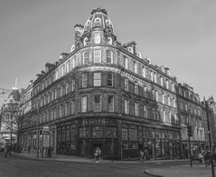 Tickety Boo's on the corner (johnny_9956) Tags: dundee pub bar building urban city road street canon outdoor outside 7d scotland uk blackandwhite bw monochrome