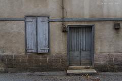 Rue Lagrange, Masseube (Ivan van Nek) Tags: masseube gers france nikon nikond7200 d7200 sigma1770 frankrijk frankreich doorsandwindows ramenendeuren 32 porte tür deur door raam window shutters volets 2019
