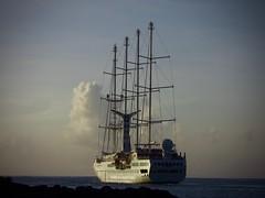 Le quatre-mâts Wind Spirit quitte la rade de Papeete. (claudiemenoud) Tags: nikon b700 coolpix mer océan eau water sea bateau boat voilier sailboat goelette schooner pacifique polynésie tahiti pixelistes croisière tourisme quatremâts