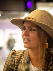 Naomi, Amsterdam 2019: Hat on (mdiepraam) Tags: naomi amsterdam 2019 amsterdamcentraal portrait pretty attractive beautiful elegant classy gorgeous dutch blonde girl woman lady naturalglamour hat earrings