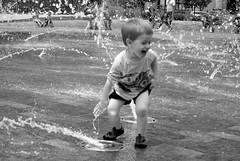 Playing (Anselmo Portes) Tags: unitedstatesofamerica unitedstates philadelphia philly blackandwhite pretoebranco bw pb child playing childplaying fountain water filadélfia