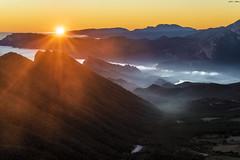 Esperando a los Reyes de Oriente (2) (sostingut) Tags: contraluz nikon d750 paisaje montaña lago valle ladera sol luz rayo atardecer niebla nube bosque árbol cordillera sierra soledad