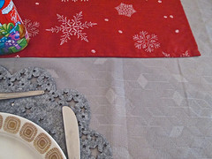 Mustermix (onnola) Tags: 3652019 berlin deutschland germany neukölln buckow weihnachten christmas muster oranment tischdecke tablecloth textur texture stern schneeflocke star snowflake rot grau silber red grey silver teller plate