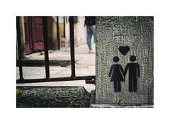 ... (ángel mateo) Tags: ángelmartínmateo ángelmateo oporto porto portugal muro pareja corazón amor graffiti pintada piedra ♡ wall couple heart love painted stone textura