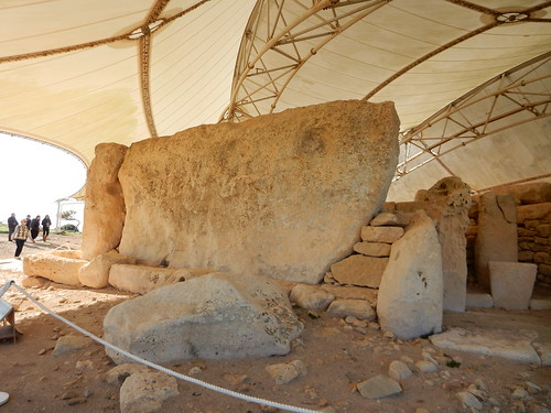 Megalith estimated to weigh 20 tons, Hagar Kim Temple