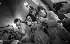 en passant par Singapour (Jack_from_Paris) Tags: l1012694bw leica m type 240 10770 leicaelmaritm28mmf28asph 28mm 11606 dng mode lightroom capture nx2 rangefinder télémétrique blackandwhite monochrome bw noiretblanc noir et blanc monochrom wide angle street singapour asie sentosa parc attraction chaleur singapore candid portrait smartphones people cinq 5