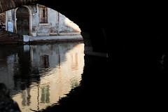Du clair et de l'obscure..Comacchio la vie calme (Paolo Pizzimenti) Tags: paris comacchio palaisroyal jambes talons canal pont couleurs paolo film pellicule argentique vie fujifilmxpro3 xr35mmwr f14 ce
