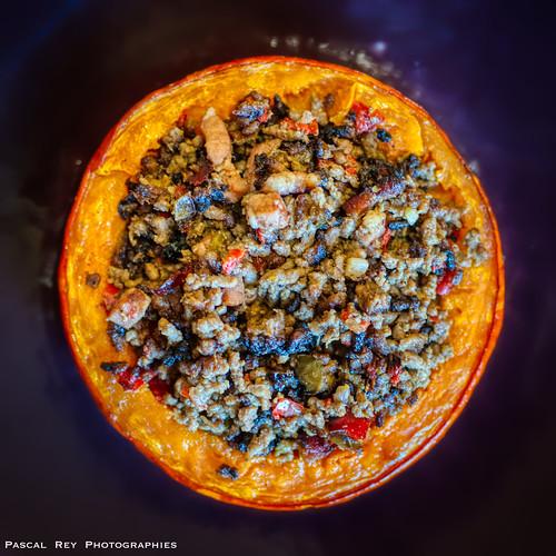 Potimarron farci (viande hachée, lardons, poivrons, ail, oignons, huile d'olive & assaisonements).