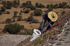 Teotihuacan - vue de la Piramide del Sol 9 (luco*) Tags: mexique méxico mexico teotihuacan pyramide du soleil piramide del sol hombre homme man flickraward flickraward5
