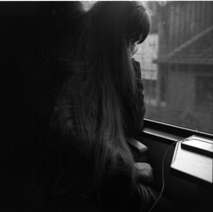 Menschen VI: on the train (Etzadle) Tags: frankasolida kodaktmax400 kodakd76 girl train portrait analog mittelformat
