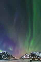 F L A M E S (NORDIC Lightbeams) Tags: astronomie norwegen flakstadøya skagsanden auroraborealis berg lofoten fuji1024mmf4 langzeitbelichtung nachtaufnahme gebirge nordlicht norway polarlicht bulbexposure longtimeexposure mountain nightshot rock