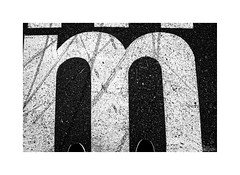 ... (ángel mateo) Tags: ángelmartínmateo ángelmateo lisboa portugal lisbon asfalto letra m contraste blanco negro asphalt letters contrast black white
