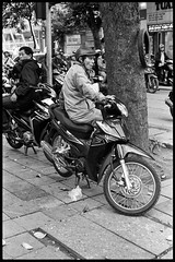 Hanoi - Vietnam (waex99) Tags: 2019 400iso dec epson hanoi kodak leica m6 trix vietnam analog film v800 man homme moped mobylette helmet casque street rue arbre old town hom wait attente attendre