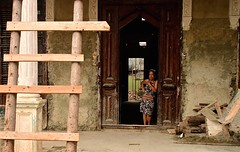Cuba- La Habana (venturidonatella) Tags: cuba avana habana lavana lahabana caraibi caribbean persone people gentes gente portrait ritratto colori colors nikon nikond500 d500 porta door donna woman vedado sguardo look