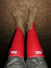 Squelch! (essex_mud_explorer) Tags: wellies wellingtons wellingtonboots welly wellington rubber rubberboots gumboots rainboots gummistiefel rubberlaarzen bottes caoutchouc red hunter hunterrainboots hunterwellies hunterboots madeinchina mud matsch schlamm boue muddyboots muddywaders welliesinmud bootsinmud