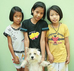 girls with their dog (the foreign photographer - ฝรั่งถ่) Tags: three girls children khlong thanon portraits bangkhen bangkok thailand canon