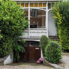 De Robianostraat, Tervuren (Ivan van Nek) Tags: tervuren vlaamsbrabant belgië derobianostraat nikon d7200 sigma1770 2019 doorsandwindows ramenendeuren vuilniszak