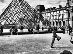 Sur un pied (BruCampion) Tags: paris louvre street nb bw