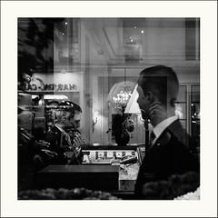 Echange furtif (Napafloma-Photographe) Tags: 2019 architecturebatimentsmonuments bandw bw bâtiments france géographie lebristol métiersetpersonnages ouvragesdart paris personnes techniquephoto blackandwhite hôtel lustre monochrome napaflomaphotographe noiretblanc noiretblancfrance photoderue photographe pont province streetphoto streetphotography ville
