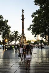 """... """"Al final de la rambla"""" ... (Lanpernas .) Tags: barcelona catalonia catalunya cataluña bcn girls street candid robado"""