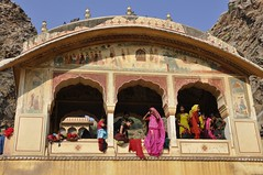 Femmes au Temple de Galta / Women at Galta Temple (Olivier Simard Photographie) Tags: inde india galta temple jaipur rajasthan galtaji khaniyabalaji makar sankranti ablutions hindouisme hinduism foule crowd femmes women sacré sacred foi fe pèlerin pilgrim kunds couleurs saree sari enfant child mâyâ purification purify réincarnation भारतीयगणराज्य bain bath monkeytemple nudité nudity httpelephantravelcom hindupilgrimage galtav galtajitemple silksaree kartikpurnima aravallihills regard colorful people galavrishimandir