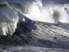 Le défi....Challenge! 😱 (Armelle85) Tags: extérieur nature mer océan vague surfeur compétition nazaré portugal eau