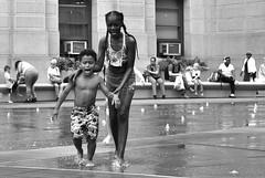Taking care (Anselmo Portes) Tags: philadelphia filadelfia unitedstates unitedstatesofamerica dilworthpark philly blackandwhite pretoebranco pb bw kids crianças playing kidsplaying childrenplaying usa eua