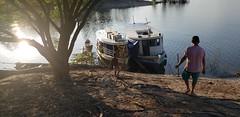 Fim de tarde no rio Uatumã, na Amazônia brasileira (Dubes) Tags: rio uatumã amazônia amazon amazonas brasil brazil barco boat man child homem criança pessoas fim de tarde