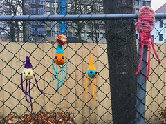 Ami (svennevenn) Tags: gatekunst bergen streetart hekling crocheting ami