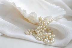 My grandma´s pearls (inma F) Tags: blanco perla cuentas collar concha stilllife tela textura textil luz clavealta pearl beads cuenta smileonsaturday shell white happy elegancia abuela necklace