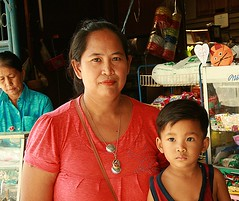 woman with child (the foreign photographer - ฝรั่งถ่) Tags: woman child convenience store khlong thanon portraits bangkhen bangkok thailand canon