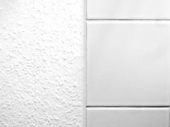 Gegensätze (onnola) Tags: berlin kreuzberg deutschland germany 3652019 textur texture kachel fliese tile glatt even uneven rauh rauhfaser tapete wallpaper schwarzweis blackandwhite bw sw monochrom monochrome weis linie