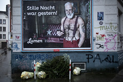 Umweltsau (Rasande Tyskar) Tags: street ottensen altona hamburg poster plakate schrift werbung text germany weihnachtbaum christmas tree xmas umweltsau
