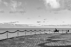 Des rêves océaniques (Patrick Doreau) Tags: ajouter des tags mer océan sea canaries lanzarote playa blanca ombre shadow banc chair homme man seul alone ciel sky nuage cloud blanc noir white black nb bw