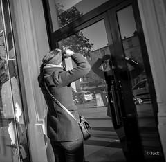 se pomponner (Jack_from_Paris) Tags: q1000099bw leica q2 19050 dng mode lightroom capture nx2 rangefinder télémétrique hybride blackandwhite monochrome bw noiretblanc noir et blanc monochrom wide angle summilux 28mm street femme woman reflet look rue paris