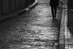 El regreso.... (Miguel Ángel López Gil) Tags: blackwhite blancoynegro panasonicgx9 lumixleica50200mm sevilla paisaje paseo calle adoquinado hombre persona caminar caminante street