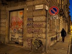 I colori della città (VauGio) Tags: leica leicalens 15mm olympuspenf olympus penf torino turin sera evening door porta angolo corner streetart scritte