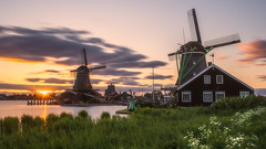 Long exposure sunset at Zaanse Schans (Erik_Graumans) Tags: zaandam northholland netherlands amazing abendstimmung landscape landschap nature beautiful colorful clouds colors scenery licht lucht luchten dutch dusk evening exposure fuji gorgeous glow glowing green golden gras grass holland photo light windmill mill windmills windmolen mills kleuren sky wolken longexpo longexposure longshutter molen molens nederland nl new outside zon zonsondergang sonne sonnenuntergang sunlight sunset sun spectacular xt3 zonsonderdang zaanseschans