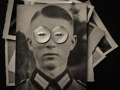 Ein Soldat (Werner Schnell Images (2.stream)) Tags: ws soldat soldier knopf knöpfe button buttons foto alt old