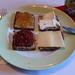 Marmeladen und Käse auf Vollkornbrot