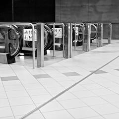 fuji_acros100_6x6_007 (ekech) Tags: ishootfilm istillshootfilm buyfilmnotmegapixels filmisnotdead film analog analogue frankfurt frankfurteruntergrund ubahn architektur architecture beton concrete bronicasqa bronica fuji fujineopan100acros fujiacros100 acros supergrain 6x6 mediumformat mittelformat bronicasq sq blackwhite schwarzweiss monochrome sw