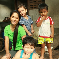 mother and son with neighbor childen (the foreign photographer - ฝรั่งถ่) Tags: mother son khlong thanon portraits bangkhen bangkok thailand canon