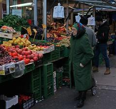 Auf dem Brunnenmarkt (Wolfgang Bazer) Tags: brunnenmarkt ottakring neulerchenfeld wien vienna österreich austria granatäpfel pomegranates eine alte dame geht heute einkaufen