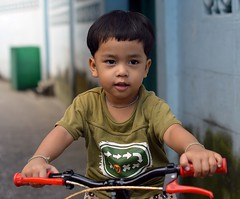 handsome boy on his tricycle (the foreign photographer - ฝรั่งถ่) Tags: handsome boy child tricycle khlong lard phrao portraits bangkhen bangkok thailand nikon d3200