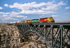 ATSF 5825 East at Canyon Diablo, AZ (thechief500) Tags: atsf bnsf canyondiablo railroads seligmansubdivision santaferailway
