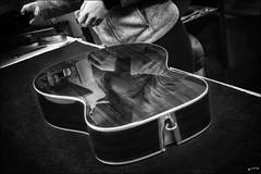 L'envers du décor... /  Behind the scenes... (vedebe) Tags: noiretblanc netb nb bw monochrome art artiste musique travail artisan guitare reflets reflections