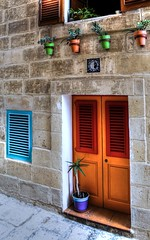 (( (Siuloon) Tags: malta malte maltese door dom doors drzwi architektura architecture architettura architetura architectural window windows color canon city wakacje wejście entry exit mur stone structure starówka oldtown oldcity old flores flowers mdina rabat tamron canoneos5dmarkii