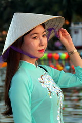 An Elegant Pose (Alan1954) Tags: woman green hat hoian vietnam asia holiday 2019