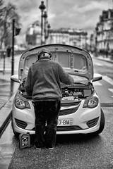 L'huile de coude (Mathieu HENON) Tags: leica leicam m240 noctilux 50mm monochrome laphotodulundi bw nb bnw noirblanc blackwhite street streetphoto streetlife photoderue france paris 4ème arrondissement voiture car panne réparation rue route moteur huile bidon homme béret